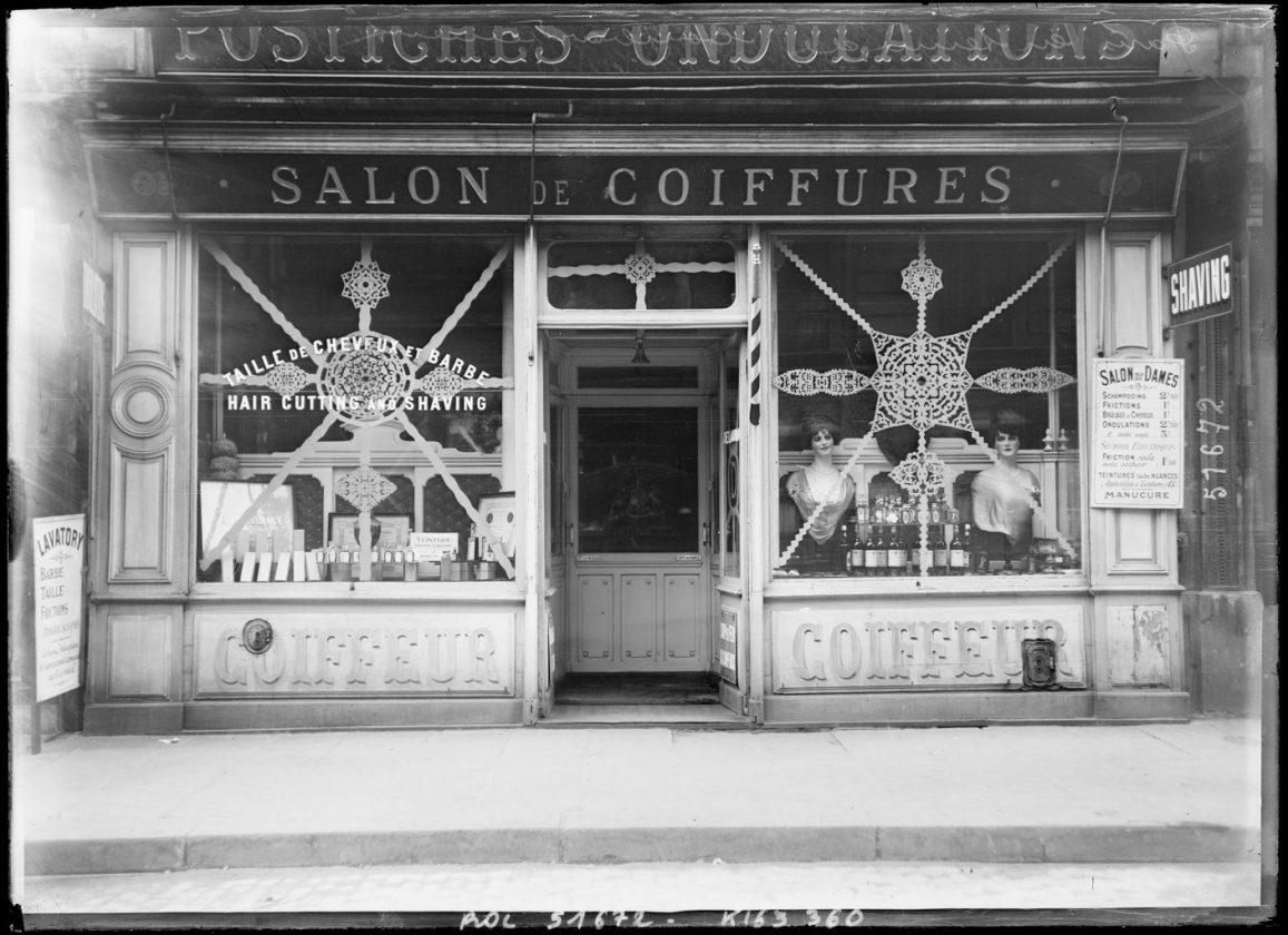 les boutiques parisiennes rivalisaient d originalit pour se prot ger des bombardements de 14 18. Black Bedroom Furniture Sets. Home Design Ideas