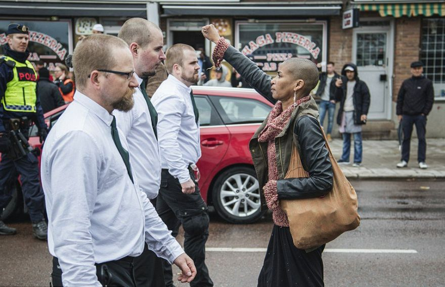 Icône: la jeune scoute contre le néonazi