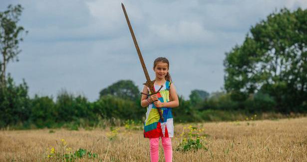 Cette petite fille a-t-elle trouvé l'épée Excalibur?