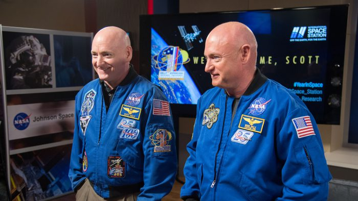 Les jumeaux astronautes Scott et Mark Kelly. Photo : Nasa