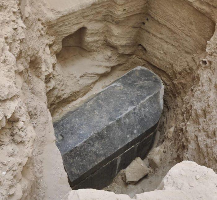 Des archéologues découvrent un mystérieux sarcophage noir à Alexandrie ! Par  Vincent Bordenave                        36465732_1837051293007179_720724520477917184_n-700x645