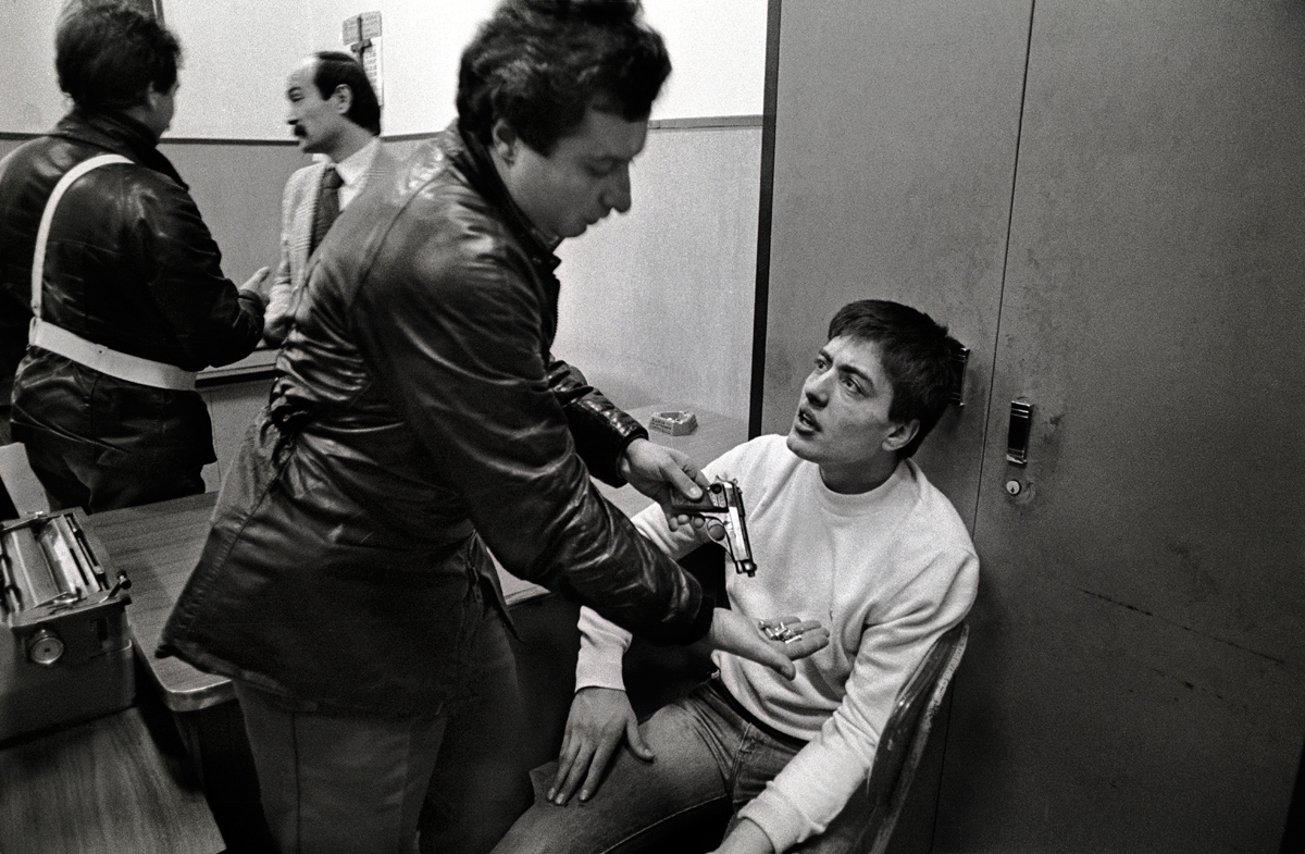 003-1983-Napoli-Armed-Camorra-member-being-questioned