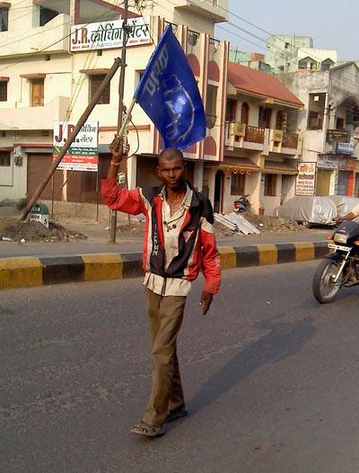 Un homme porte le drapeau du BSP © Ganesh Dhamodkar