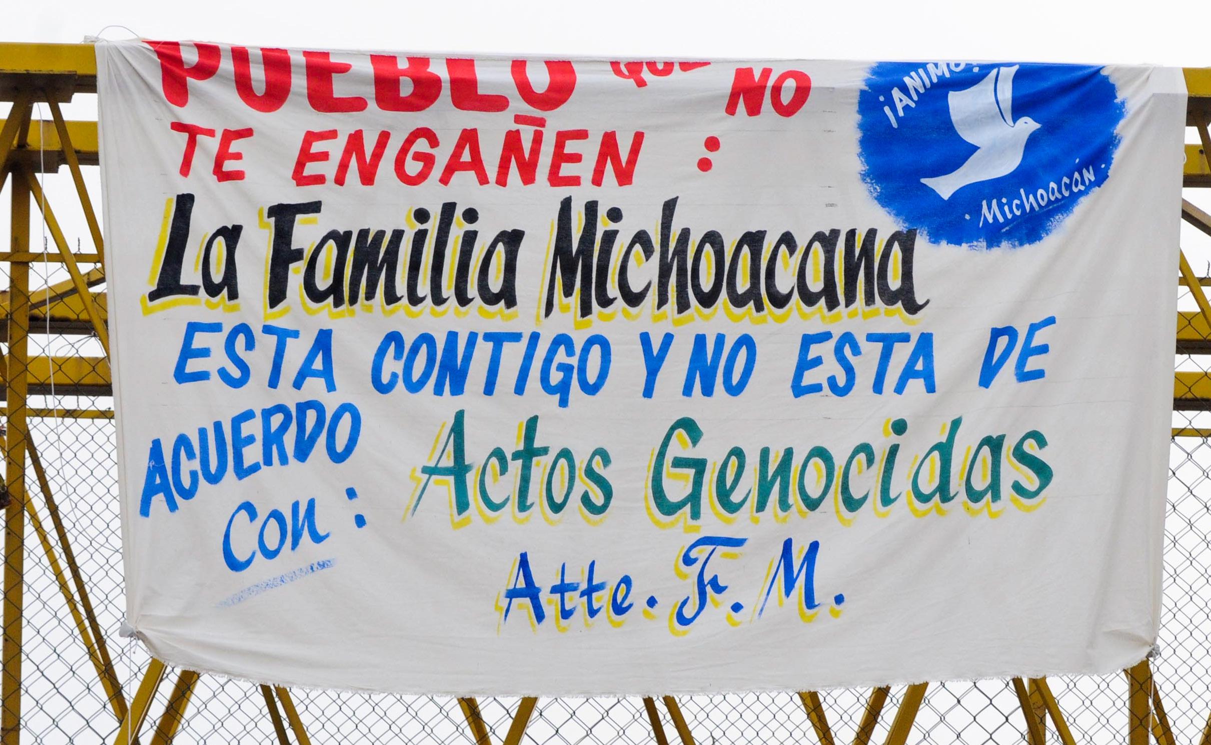 MORELIA, MICHOACAN, 29SEPTIEMBRE2008.- El grupo denominado -La Familia Michoacana- coloc— esta ma–ana mas de 16 mantas en puentes peatonales y vehiculares de la cuidad de Morelia, deslind‡ndose del atentado del pasado 15 de Septiembre. FOTO:CUARTOSCURO.COM