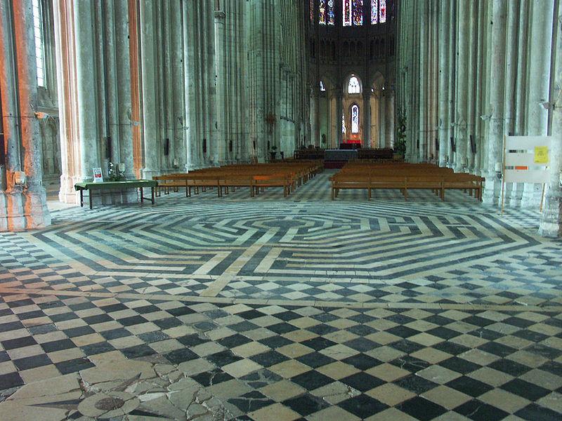 Sol labyrinthique Basilique de Saint Quentin en France