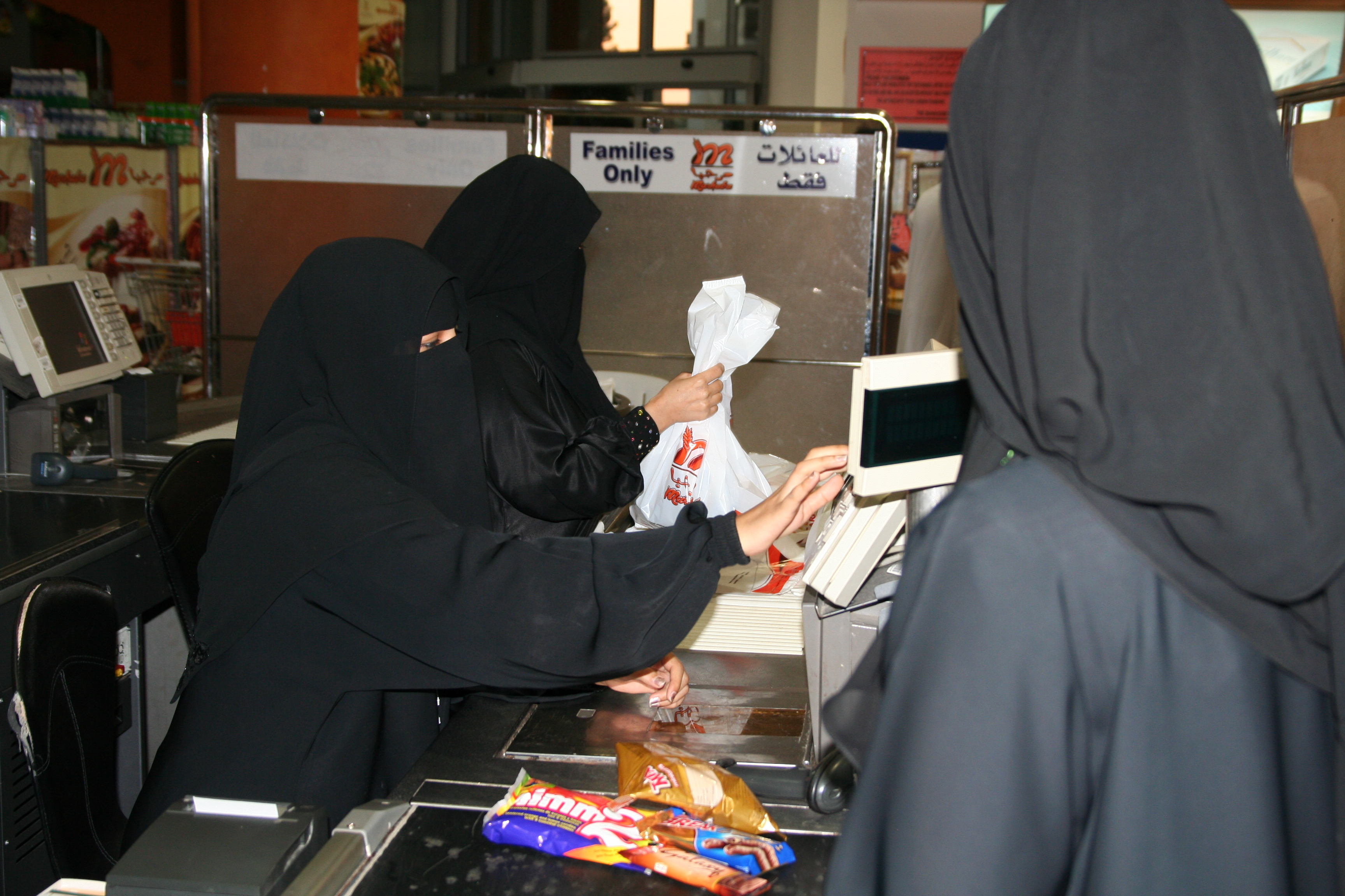 pioneer_female_cashiers._image_by_caryle_murphy_jeddah_2010jpg