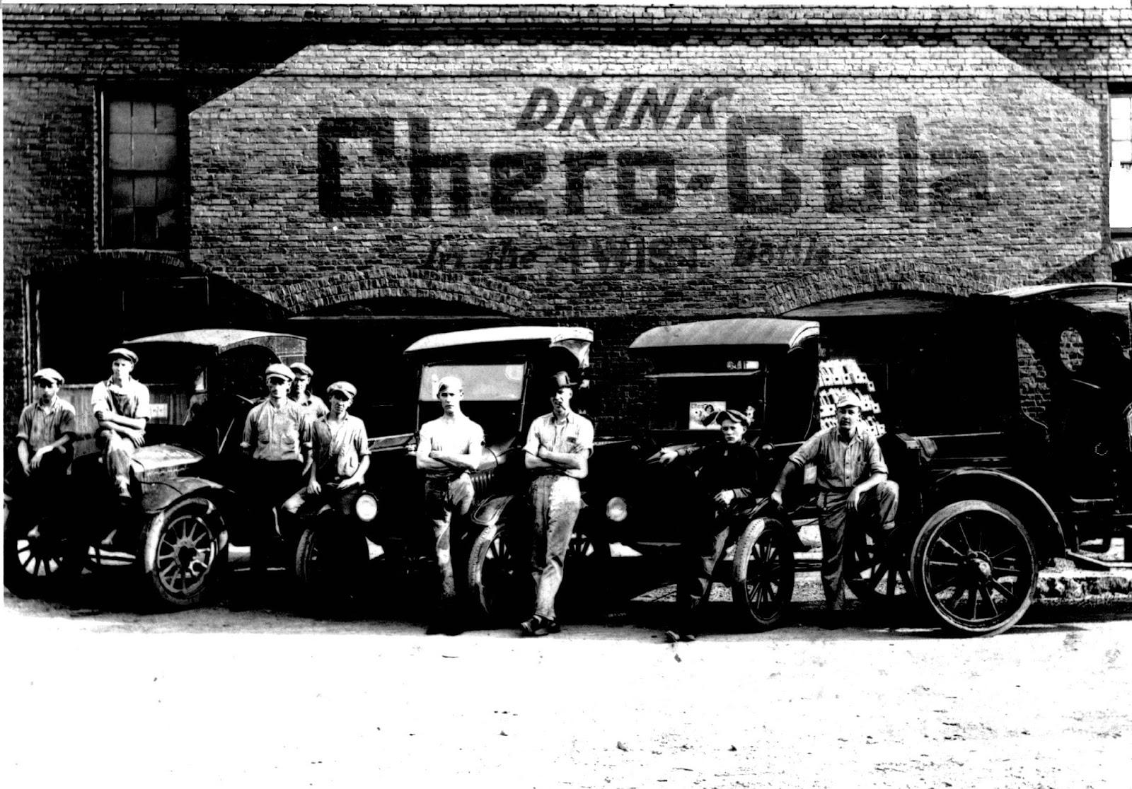 Des vendeurs prennent la pause devant l'usine Chero-Cola, en 1916Crédits : Dick Cannon