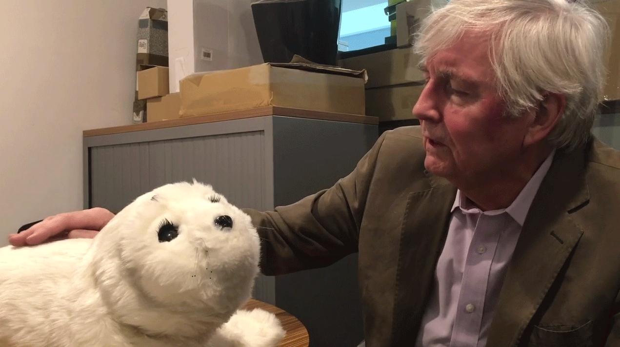 Geoff Watts rencontre le robot PAROCrédits : Geoff Watts