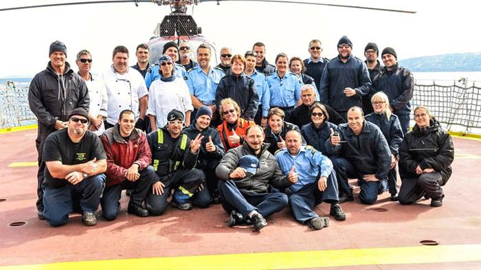 Sergey Ananov accueilli en héros par l'équipage du Pierre RadissonCrédits : Canadian Coast Guard