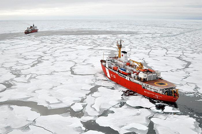 Avec ses six moteurs à plein régime, le navire atteint les 30 kilomètres par heureCrédits