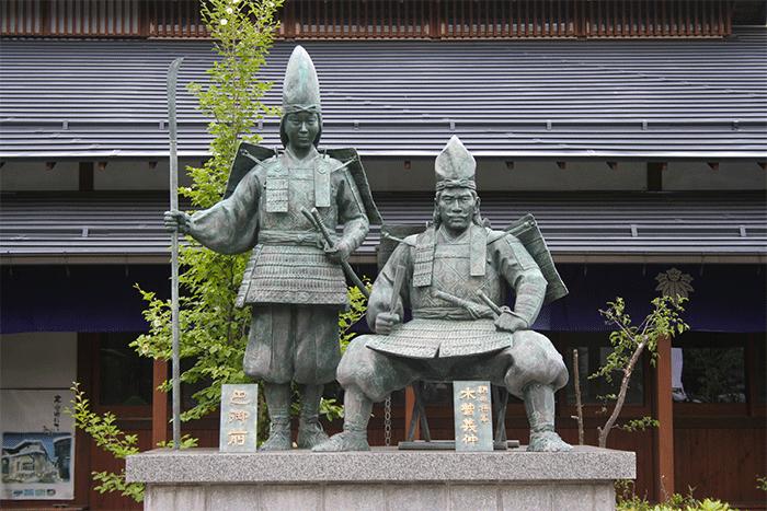 Dans le village de Kiso, deux statues de bronze représentent Kiso no Yoshinaka et Tomoe GozenCrédits : wikipédia