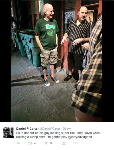 Larry David en pleine discussion dans la rue, à New YorkCrédits