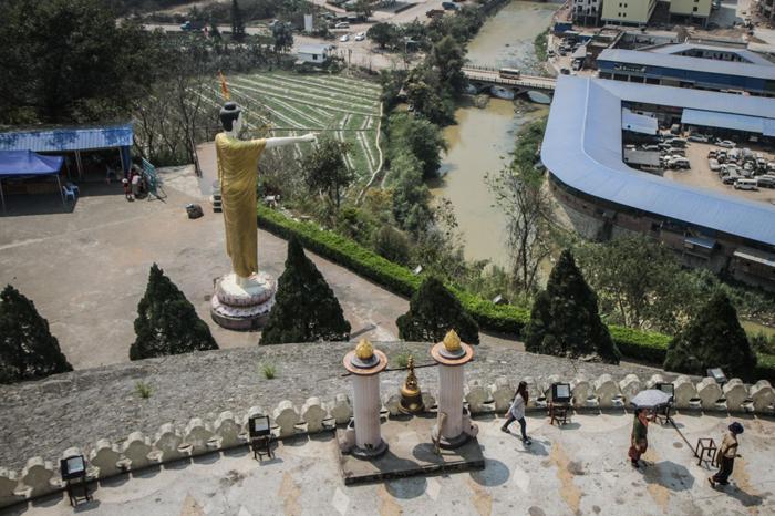 Un Bouddha de neuf mètres de haut surplombe Mong LaCrédits : Adam Ramsey