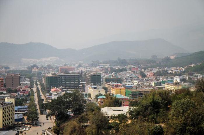 La ville de Mong La, entourée de collinesCrédits : Adam Ramsey