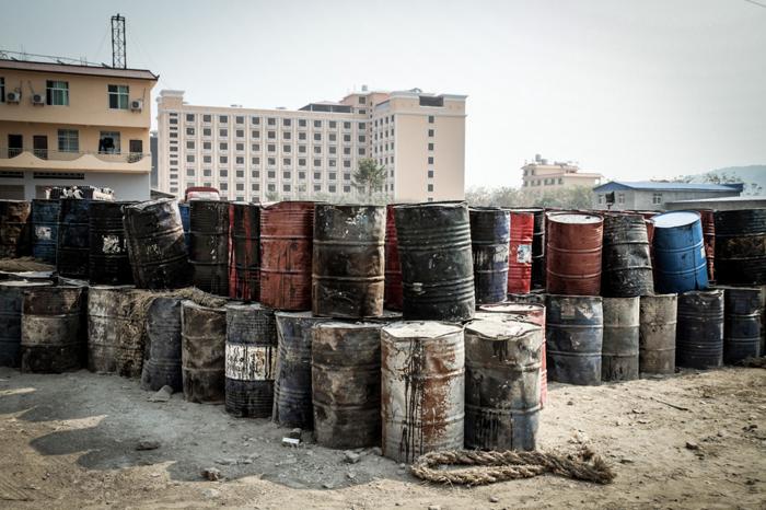 De vieux barils rouillés sont entassés à la périphérie de la villeCrédits : Adam Ramsey