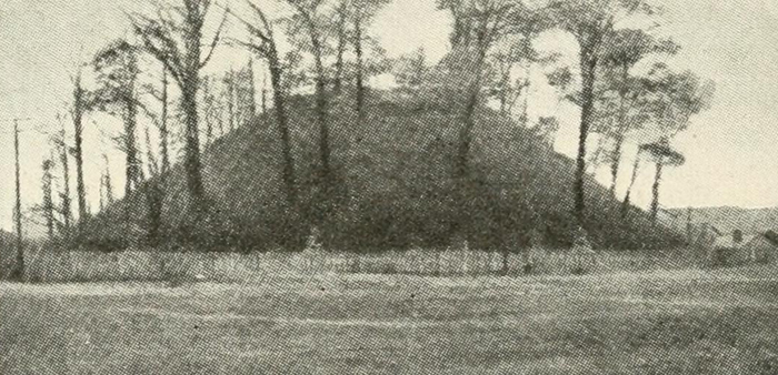 Photo du tumulus de Grave Creek Mound datant de 1919Crédits
