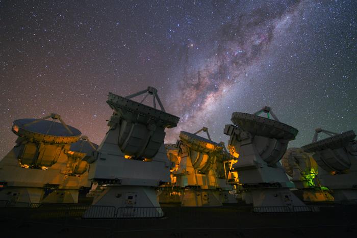 Le radiotélescope ALMA, constitué de soixante-six antennesCrédits : ESO