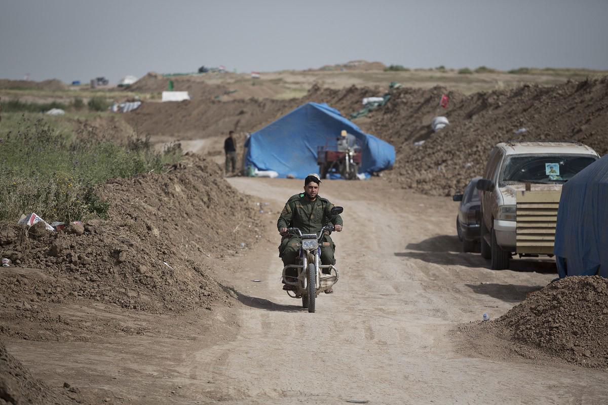 Deux combattants se déplacent en moto le long de la ligne de frontCrédits : Matt Cetti-Roberts