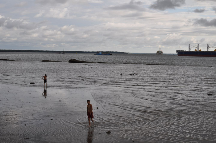 Des enfants dans l'eauFront de mer à marée basseCrédits : Meredith Hoffman
