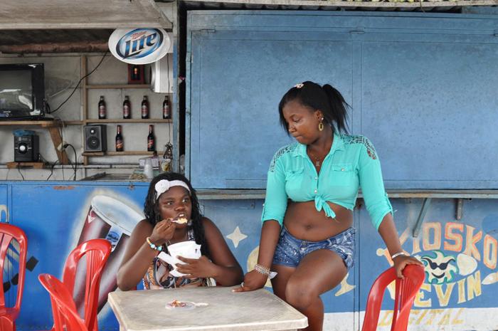 Deux jeunes fillesDevant un bar sur le front de merCrédits : Meredith Hoffman