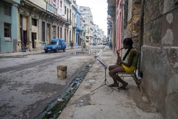 Une fille jouant du saxophone dans le quartier de la Habana Vieja à La HavaneCrédits : Bryan Ledgard