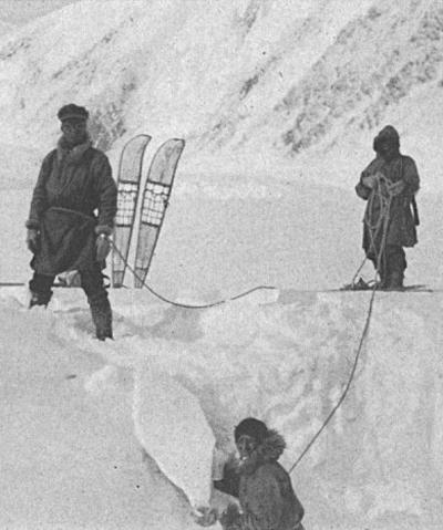 L'équipe de l'expédition de 1913En train de combler une crevasse sur le glacier MuldrowCrédits : Hudson Stuck