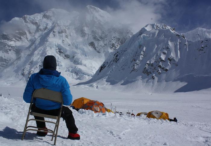Un alpiniste profite de la vue au camp de baseCrédits : Eva Holland