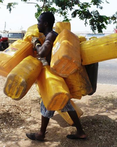 Les gallons Kufuor sont utilisés pour stocket l'eauCrédits : Clottey