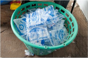 Les Ghanéens achètent de l'eau en sachet