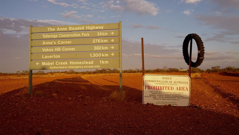 L'autoroute Anne Beadwell mène à Emu FieldsMikey Pryvt