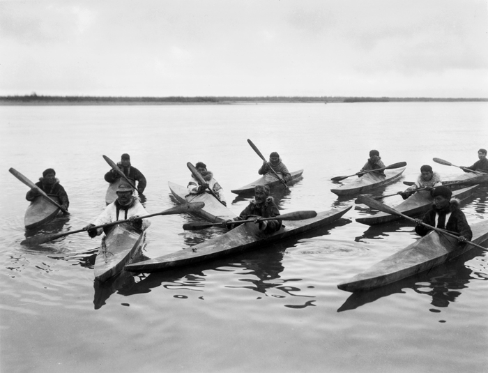 Photo d'inuits en kayak prise en 1929Crédits