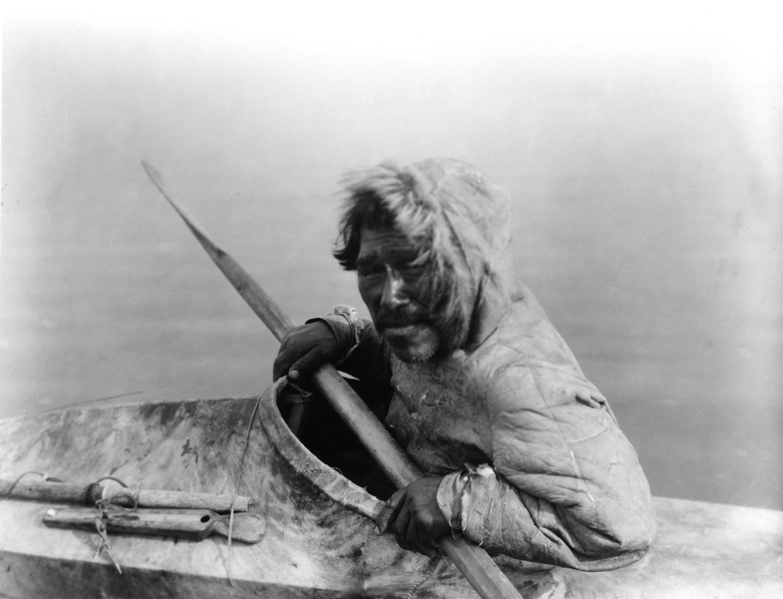 Un inuit dans son kayakCrédits