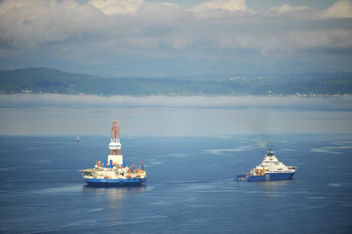 Le Aiviq remorque le Kulluk vers le port de SeattleCrédits : USCG
