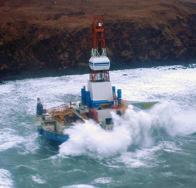Le Kulluk subit la force des vagues à cause de sa forme arrondieCrédits : USCG