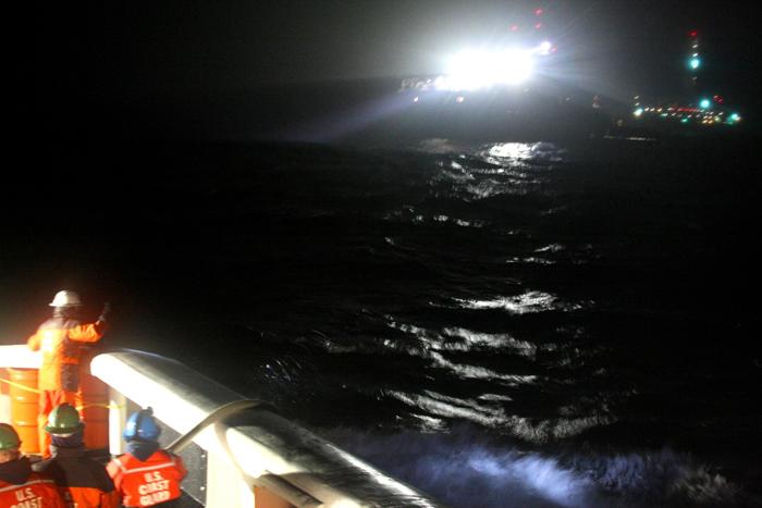Le Kulluk, toutes lumières allumées dans la nuitCrédits : USCG