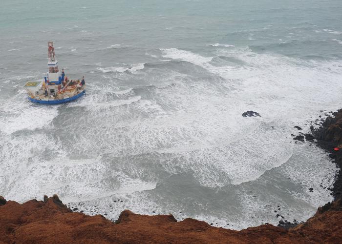 La barge s'arrêtera finalement au bord de l'île de SitkalidakCrédits : USCG