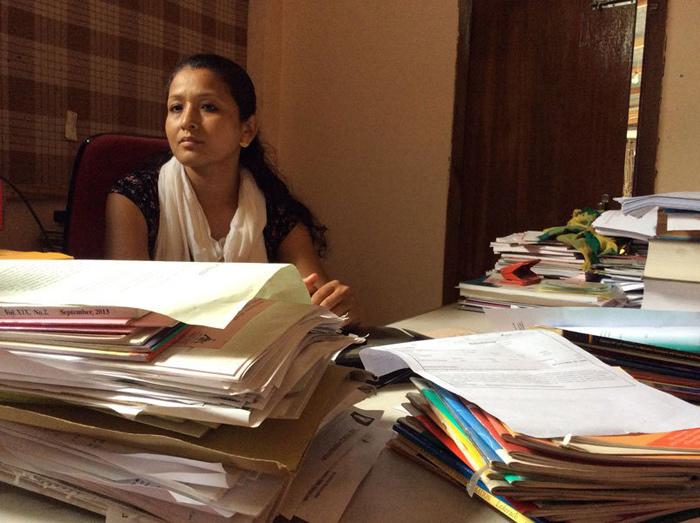 Renu Takhellambam assises derrière un bureau de Human Right Alert, qui travaille étroitement avec EEVFAMCrédits : Thomas Fowler