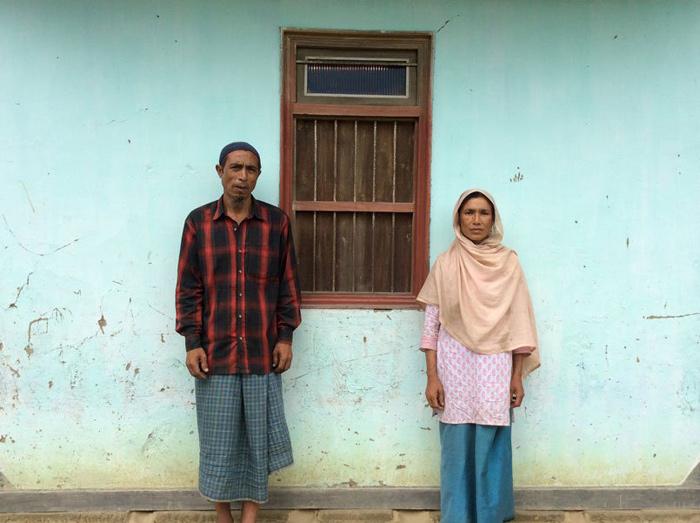 Les parents de Mohammed Azad Khan devant leur maisonCrédits : Thomas Fowler