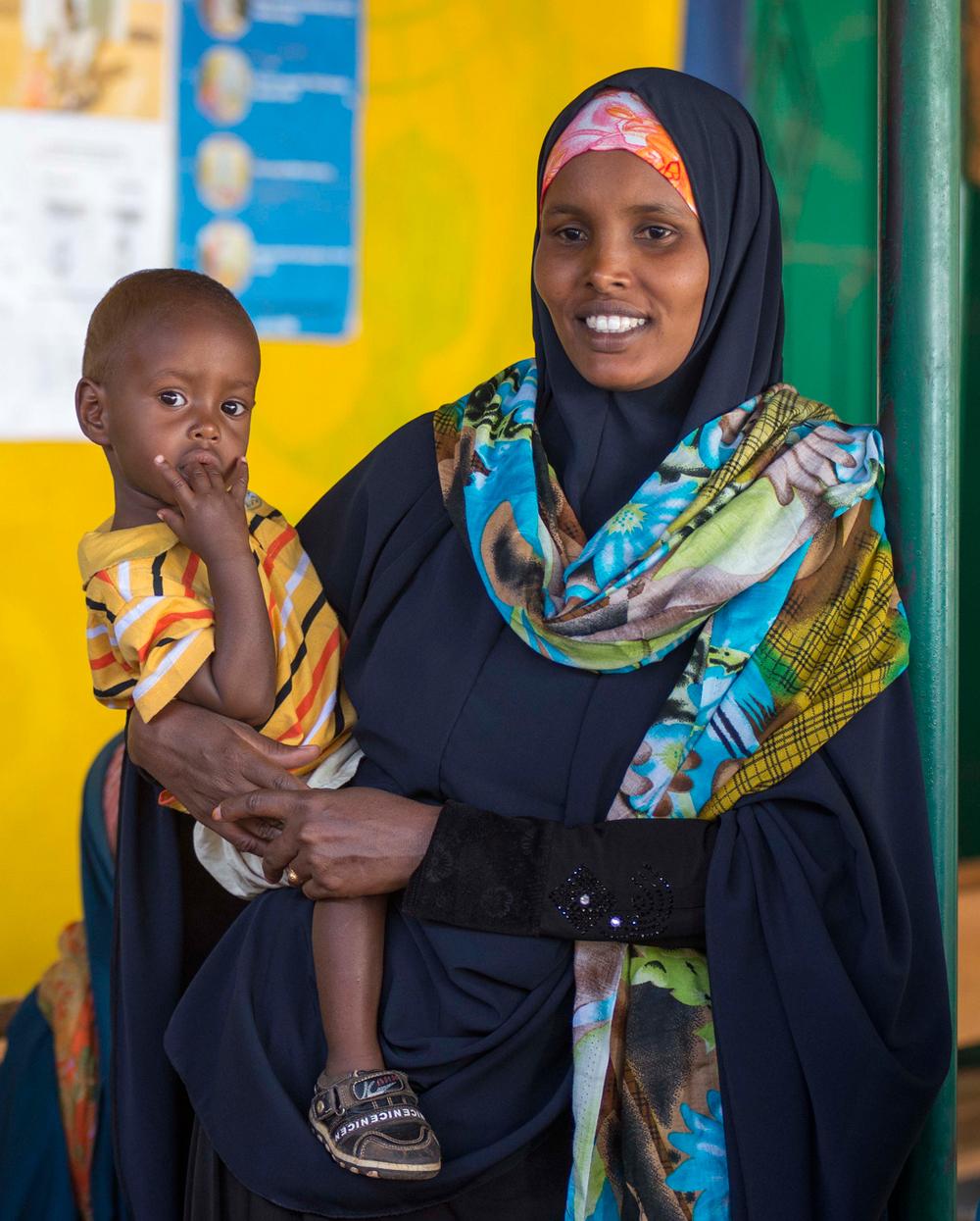 Une mère et son enfant attendent pour un contrôle médicalCrédits : Trocaire