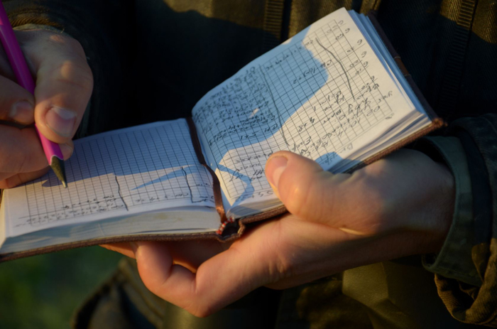 Mezinov note des informations sur les oiseaux dans son carnetCrédits Dimiter Kenarov