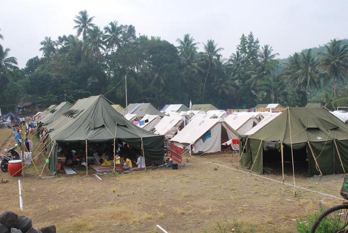 Des camps sont installés au pied de la montagne pendant les périodes d'éruptionCrédits