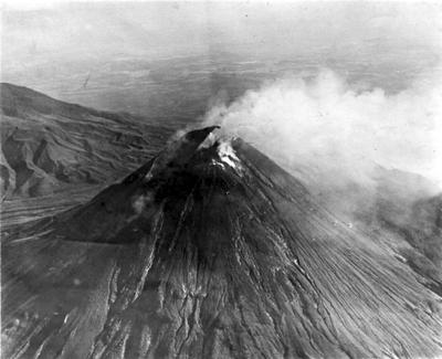 Le Mont Merapi lors de son éruption en 1930Crédits