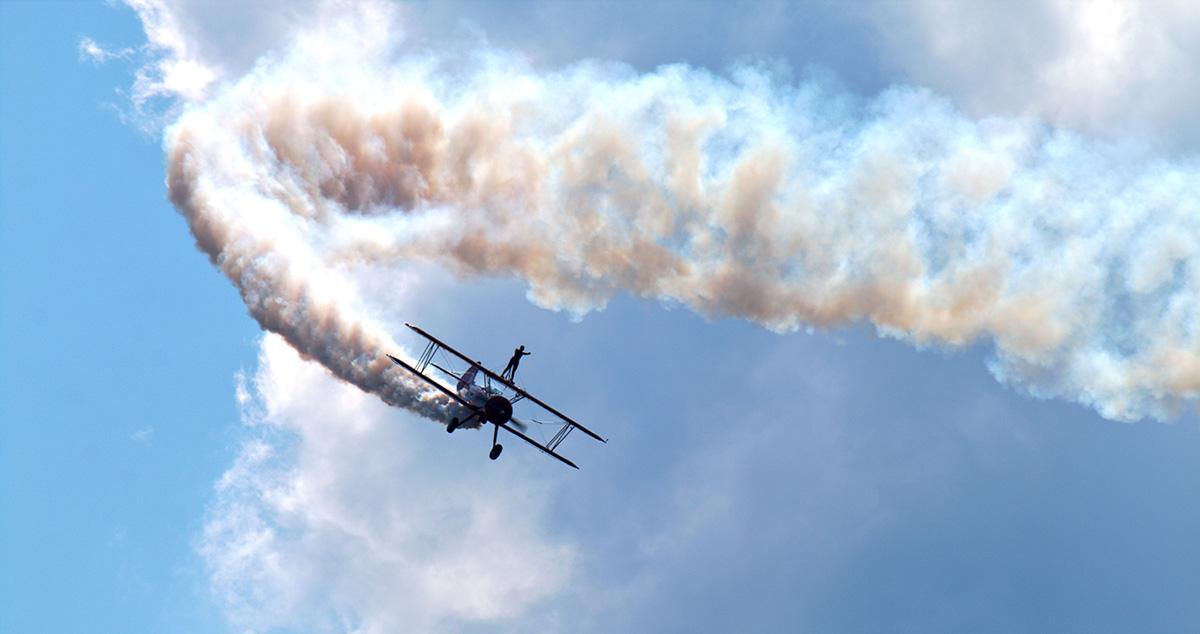 Le dangereux métier d'acrobate sur des avions en vol