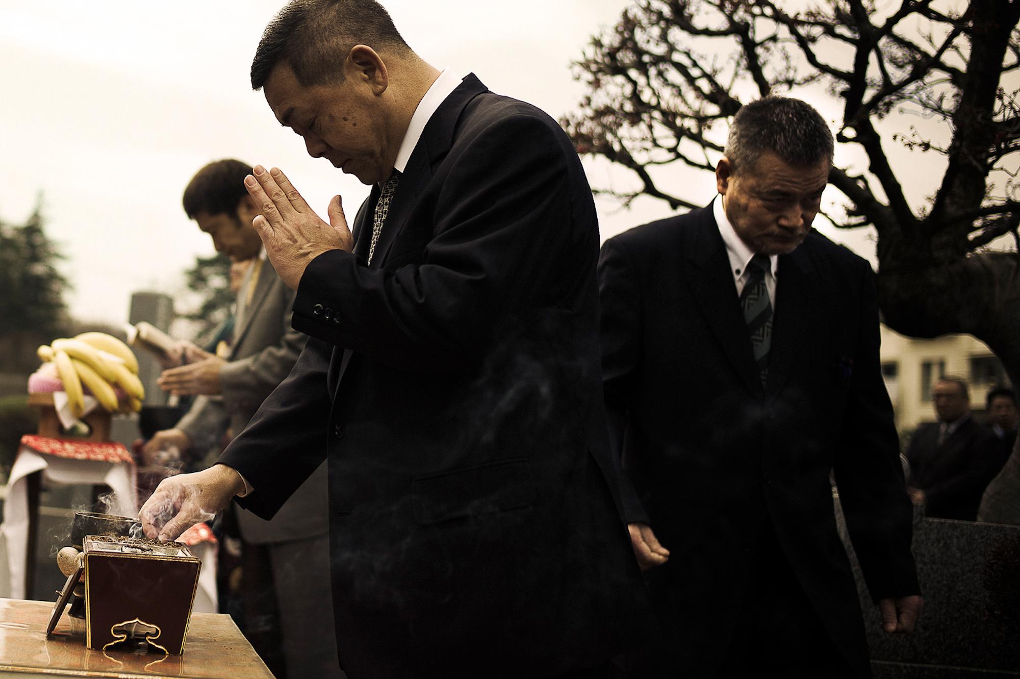 Des Yakuzas rendent hommage à un défunCrédits : Anton Kusters