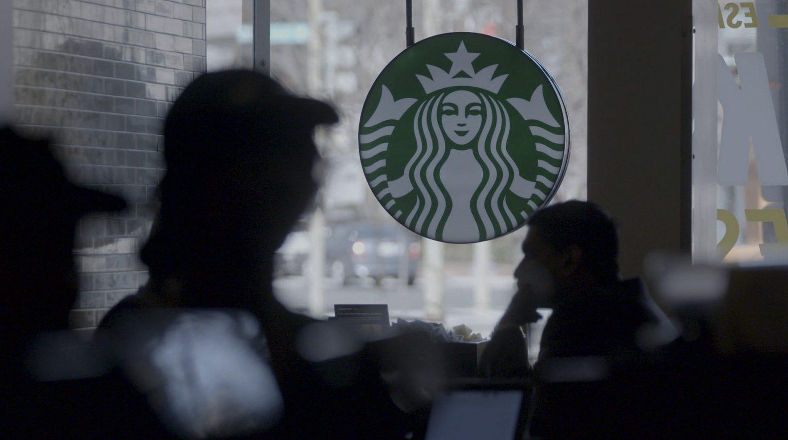 Entretien avec Luc Hermann, qui a enquêté un an sur le côté obscur de Starbucks