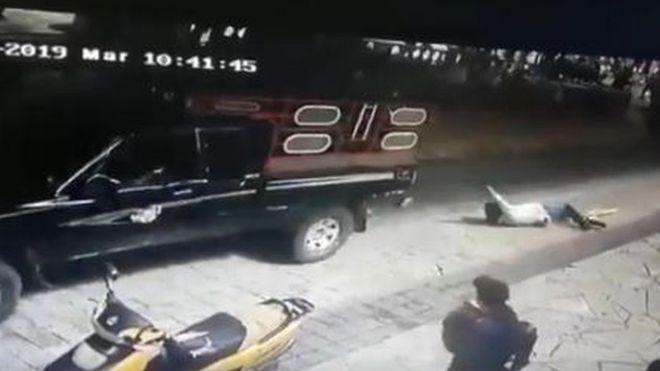 Un maire traîné au sol par des paysans mécontents — Mexique