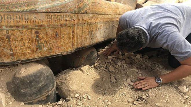 Une tombe avec 20 sarcophages très bien conservés découverte — Louxor