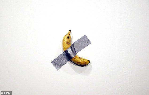Pourquoi cette banane scotchée sur la médiathèque de Pornic ?