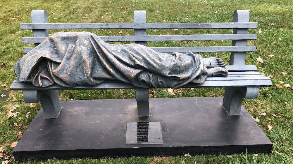 La police est appelée pour déloger un SDF endormi sur un banc, c'était une statue de Jésus
